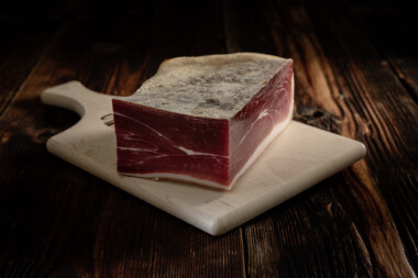 Beinschinken Block Schweinetrockenfleisch Trockenfleisch Fleischtrockenerei Sialm Segnas Disentis Graubünden Tradition Spezialität