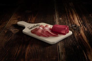 Bündnerplatte Bündnerfleisch Rohschinken Trockenfleisch Fleischtrockenerei Sialm Segnas Disentis Graubünden Tradition Spezialität