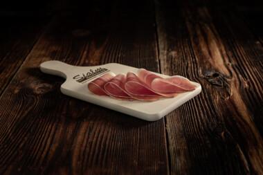Beinschinken Schweinetrockenfleisch Trockenfleisch Fleischtrockenerei Sialm Segnas Disentis Graubünden Tradition Spezialität