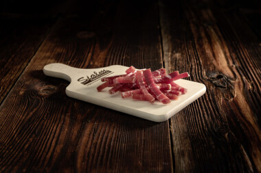 Bastunets Schwein Rohschinken Schweinetrockenfleisch Trockenfleisch Fleischtrockenerei Sialm Segnas Disentis Graubünden Tradition Spezialität