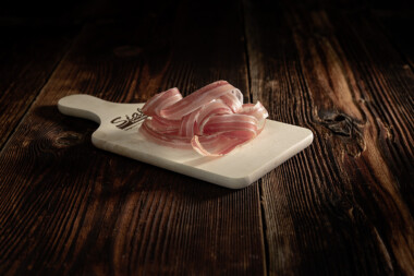 Rohess-Speck geschnitten Schweinetrockenfleisch Trockenfleisch Fleischtrockenerei Sialm Segnas Disentis Graubünden Tradition Spezialität