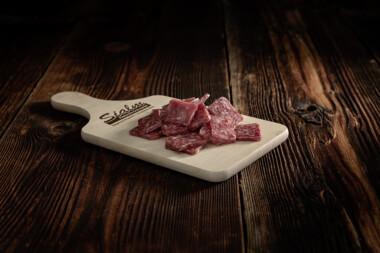 Salsiz geschnitten Rindfleisch Schweinefleisch Wurst Trockenwurst Rohwurst Trockenfleisch Fleischtrockenerei Sialm Segnas Disentis Graubünden Tradition Spezialität
