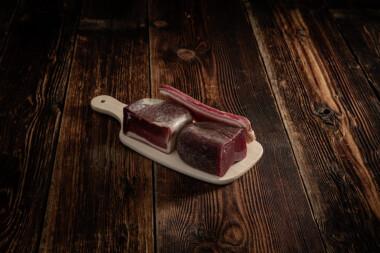 Bündnerfleisch, Rohnuss-Schinken und Rohess-Speck auf Holzbrett Trockenfleisch Fleischtrockenerei Sialm Segnas Disentis Graubünden Tradition Spezialität Geschenk