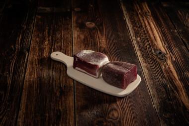 Bündnerfleisch und Rohnuss-Schinken auf Holzbrett Trockenfleisch Fleischtrockenerei Sialm Segnas Disentis Graubünden Tradition Spezialität Geschenk