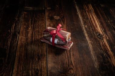 Bauernschinken, Rohess-Speck und zwei Rohwürste Trockenfleisch Wurst Fleischtrockenerei Sialm Segnas Disentis Graubünden Tradition Spezialität Geschenk