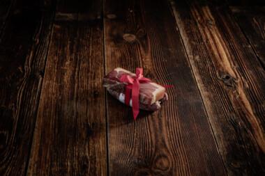 Bauernschinken und zwei Rohwürste Wurst Trockenfleisch Fleischtrockenerei Sialm Segnas Disentis Graubünden Tradition Spezialität Geschenk